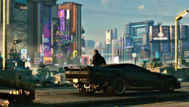 """In Cyberpunk 2077 spielt ihr V, einem Charakter, den der Spieler selbst erstellen kann. Das bild zeigt V, angelehnt an einem Auto. In Cyberpunk 2077 können Spieler die offene Welt """"Night City"""" auch im Fahrzeug frei erkunden."""
